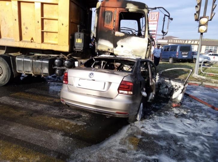 После столкновения машины загорелись