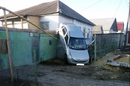 Перевернулся и повис на газовой трубе: появились подробности странной аварии в Волгоградской области