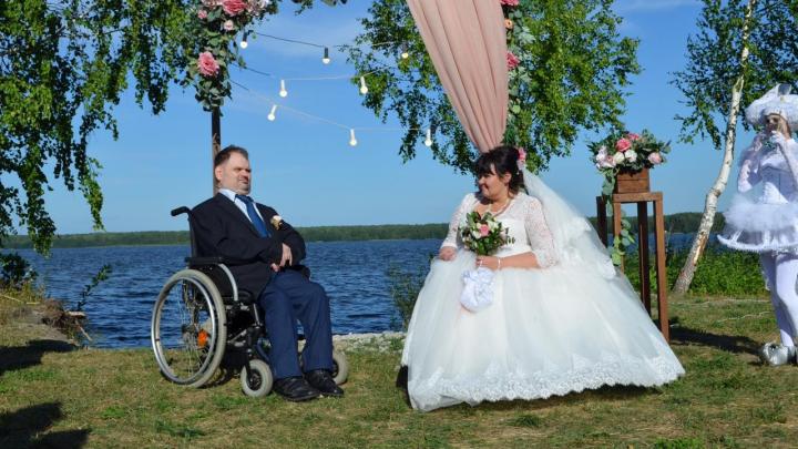 Читатели E1.RU подарили паре, которая сбежала из интерната ради свадьбы, микроволновку и деньги