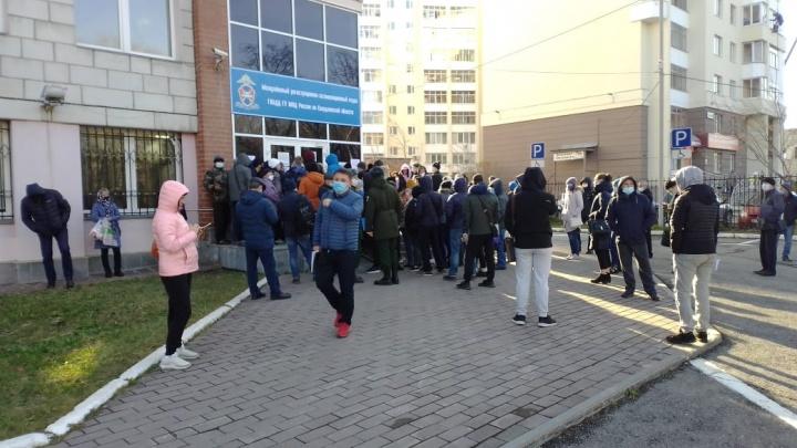 «Третий день не могу поставить машину на учет»: у отделений ГИБДД в Екатеринбурге выстроились длинные очереди