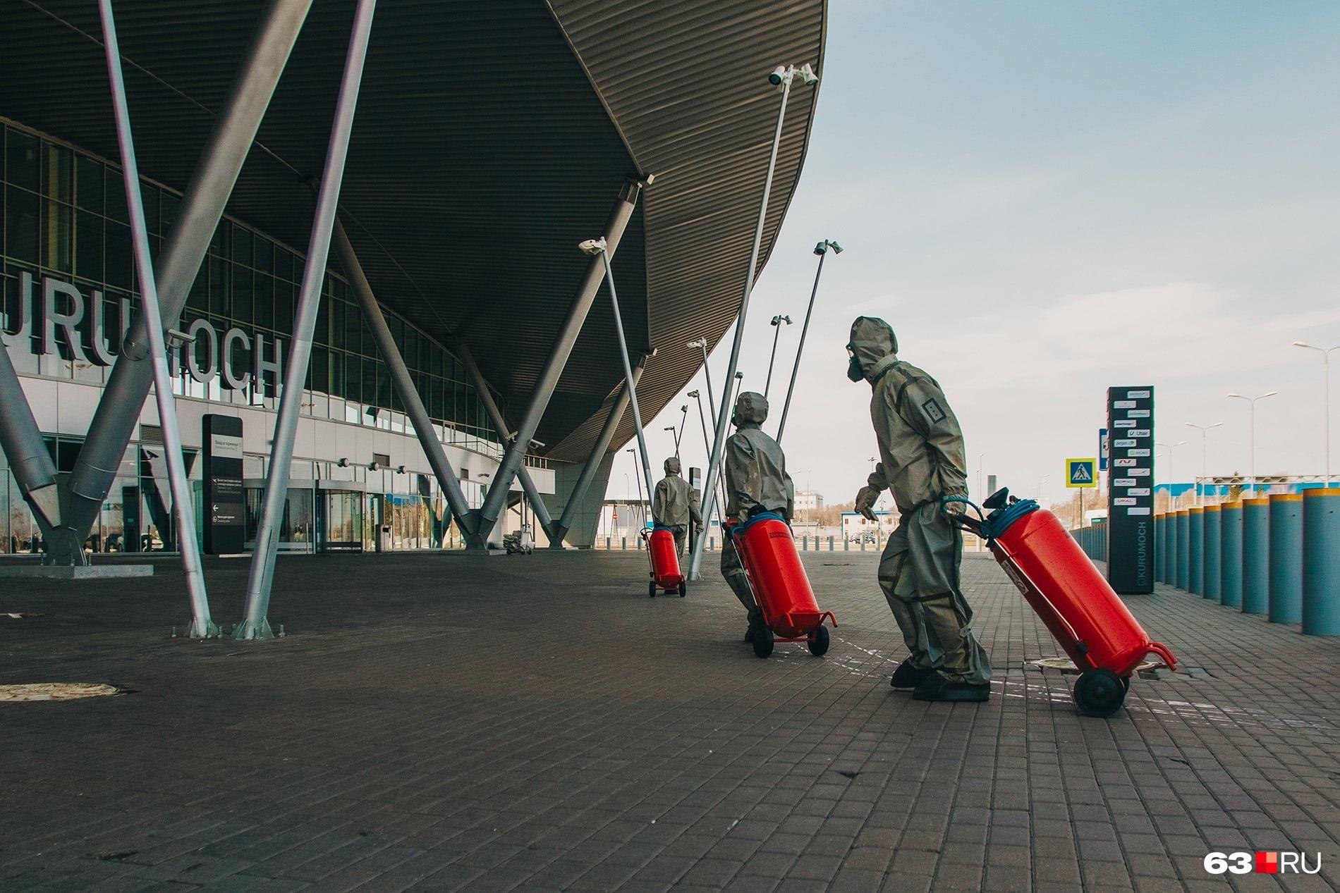 """В аэропорт Курумоч в Самаре тоже <a href=""""https://63.ru/text/transport/2020/04/10/69084226/"""" target=""""_blank"""" class=""""_"""">запустили бойцов химзащиты</a>. Аэровокзал обработали гидрохлоридом натрия, в простонародье хлоркой. Это вещество безвредно для людей и животных, зато убивает бактерии и вирусы"""