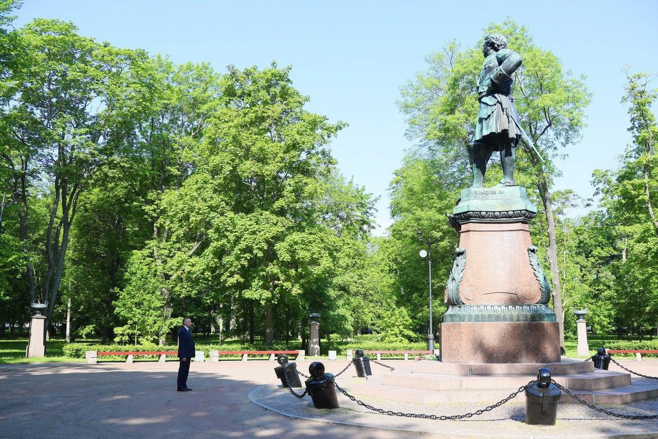 Александр Беглов у памятника Петру Первому в Кронштадте