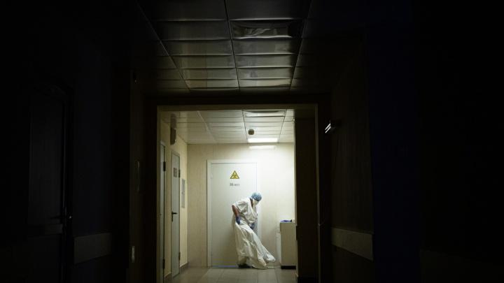 «Костюмы заклеивают скотчем»: переболевшая коронавирусом рассказала, что увидела в COVID-госпитале