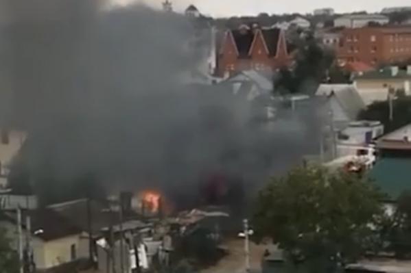 Дым от пожара поднимался высоко в небо