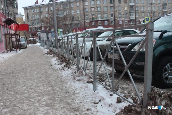 Если договориться, то в заборе, закрывающем выход на парковку, можно оставить проходы. Иначе его сделают сплошным