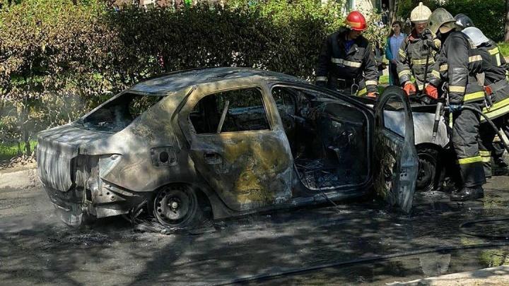 В Перми сгорел автомобиль такси: очевидцы пишут о взрыве газового баллона