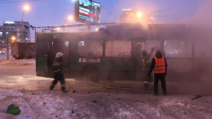 В Новосибирске на площади Маркса загорелся троллейбус