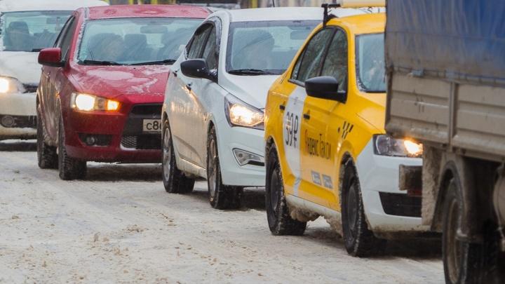 Ростовчане застряли в многокилометровых пробках из-за снегопада