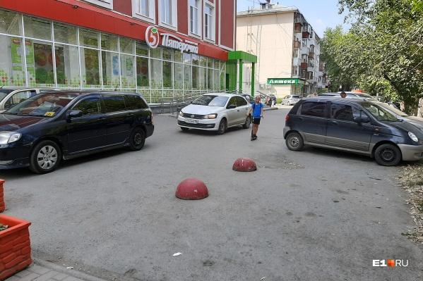 В некоторых местах Екатеринбурга тротуары давно слились с автостоянками. На снимке — улица Восточная, где пешеходы традиционно пробираются между машинами, и это не нравится местным жителям