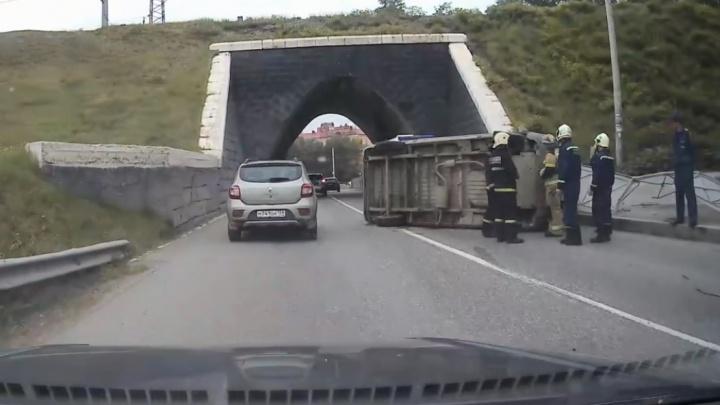 У тоннеля возле Перми II перевернулась «Газель», образовалась пробка
