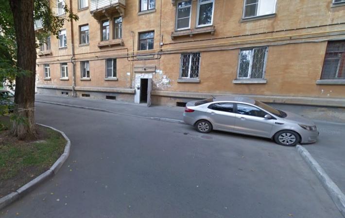 Автомобиль Алексея стоял как этот Kia вдоль бордюра. На зимних снимках из-за снежного бруствера и очищенного тротуара создаётся впечатление, что он стоит на газоне, но это проезжая часть в трёх метрах от здания, что отражено в документах, выданных полицией