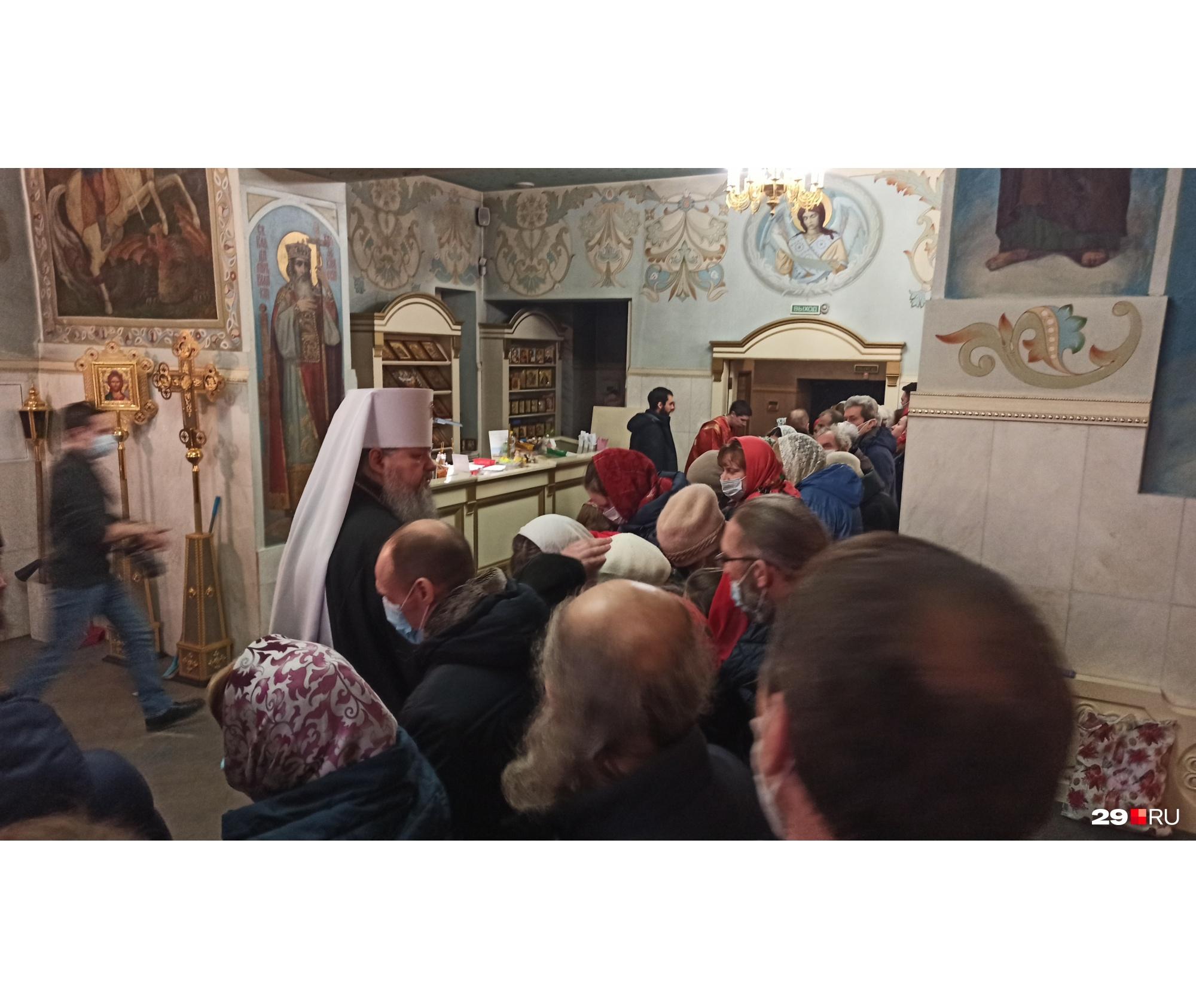 В конце литургии митрополит благословил прихожан