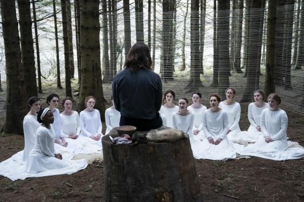 Фильм предлагает не просто взгляд на секту изнутри, а точку зрения жертвы, готовой восстать против сложившихся обстоятельств