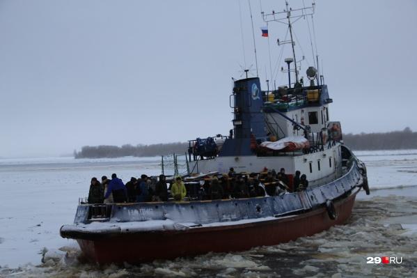 Буксиры выйдут на линии, как только в порту запретят работу судов без ледового класса