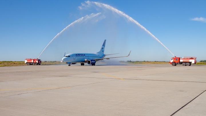 В кемеровском аэропорту впервые устроили водный салют для приземлившегося самолета