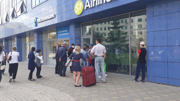 У офиса S7 в центре Новосибирска собралась толпа — рассказываем, куда полетят люди