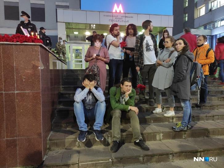 Растерянные нижегородцы сидели на ступенях станции метро «Горьковская» и ждали, когда снимут оцепление