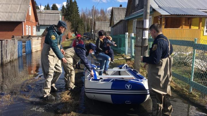 Как новодвинские пожарные спасали многодетную семью из подтопленного дома. Фото