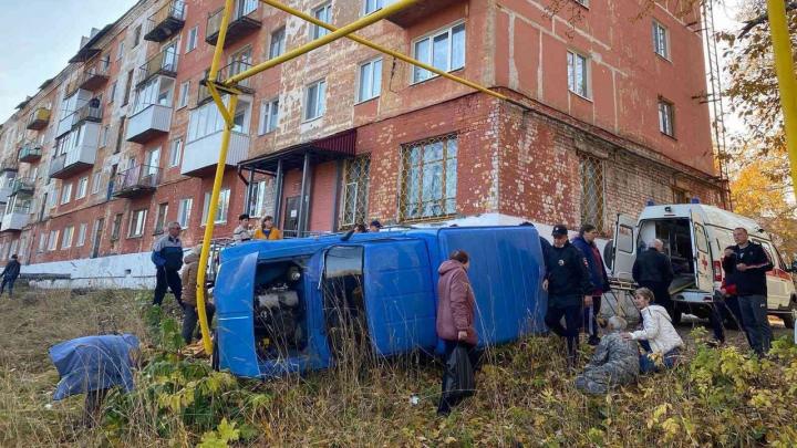 Стало плохо за рулем: водитель сбил женщину в одном из дворов Кизела