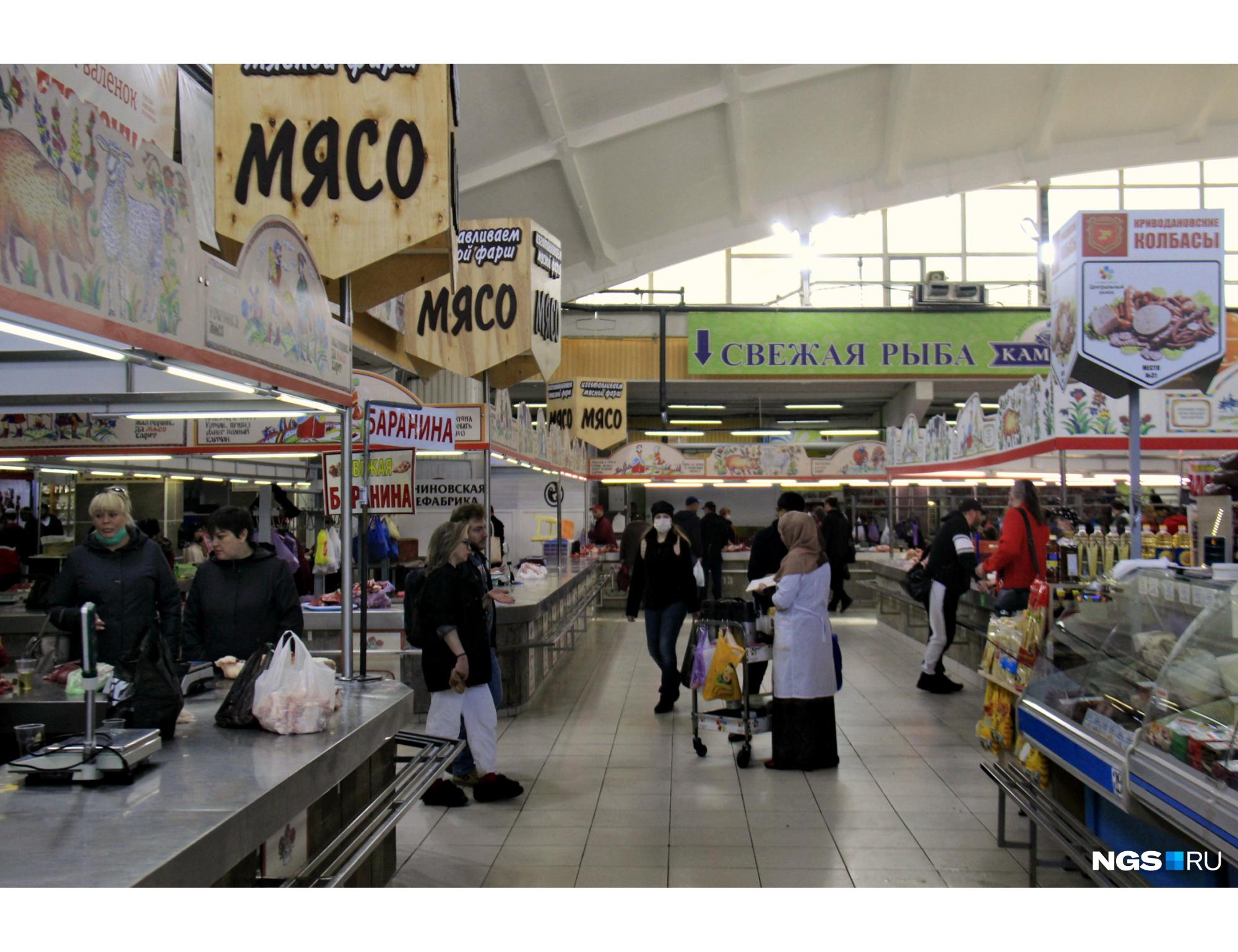 Часть торговых мест пустует, но покупателей немало