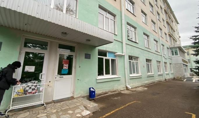 В уфимской больнице объяснили, почему бросали передачи для пациентов на улице