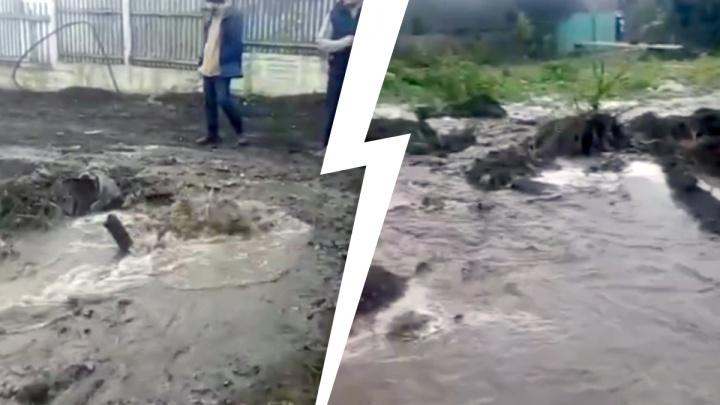 Строитель порвал трубопровод и вызвал отключение холодной воды в Октябрьском районе