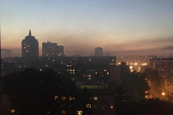 Горожане пожаловались на черный дым в нескольких районах города