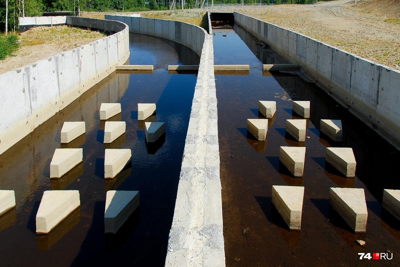 Сданная в прошлом году развилка Сак-Элги. Левый канал ведёт в Богородский пруд, правый — к реке Миасс