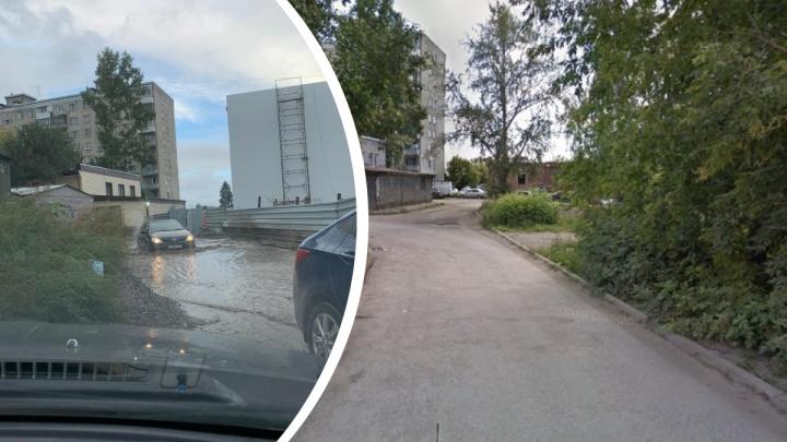 «Лужа глубиной до 30 см»: рядом с насосной станцией на Ударной размыло дорогу — машинам приходится «плыть»