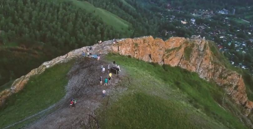 Скала Красный гребень находится на восточном склоне Торгашинского хребта