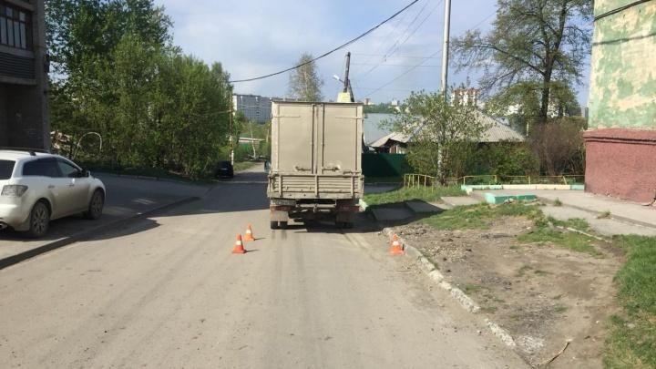 В Кировском районе грузовик наехал на девочку. Ребёнка увезли в больницу