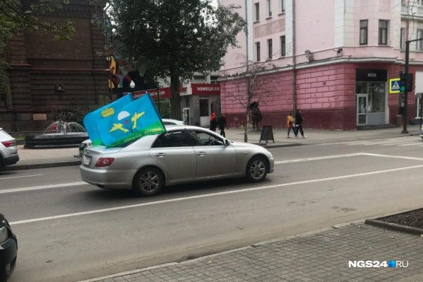 Машины с флагами ездят по всему городу, но ночью их набралось несколько десятков