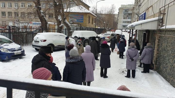 В Екатеринбурге стариков на улице выстроили в очередь к депутату гордумы