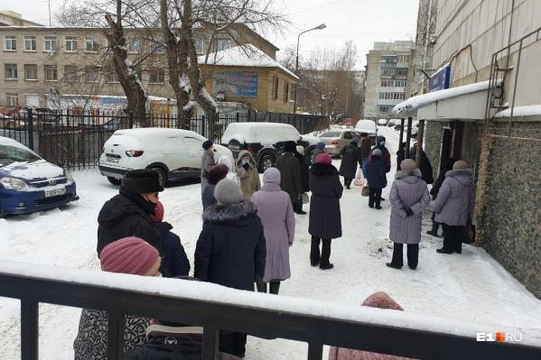 Большинство пенсионеров вынуждены стоять в очереди на улице