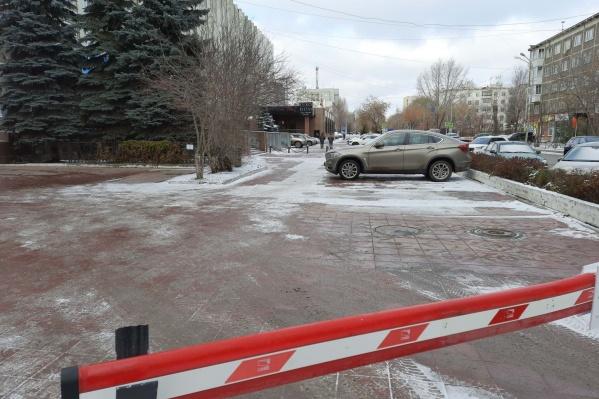 Часть парковки находится на территории здания, а другая часть занимает общественную территорию