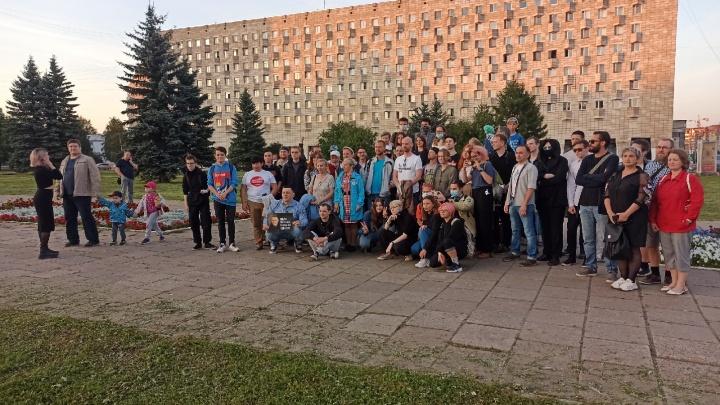 Несколько десятков жителей Архангельска вышли на прогулку в поддержку Алексея Навального