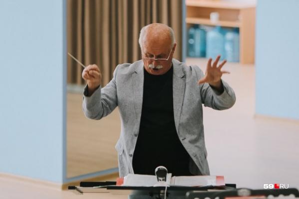 Евгений Тверетинов дирижировал под прицелом камер