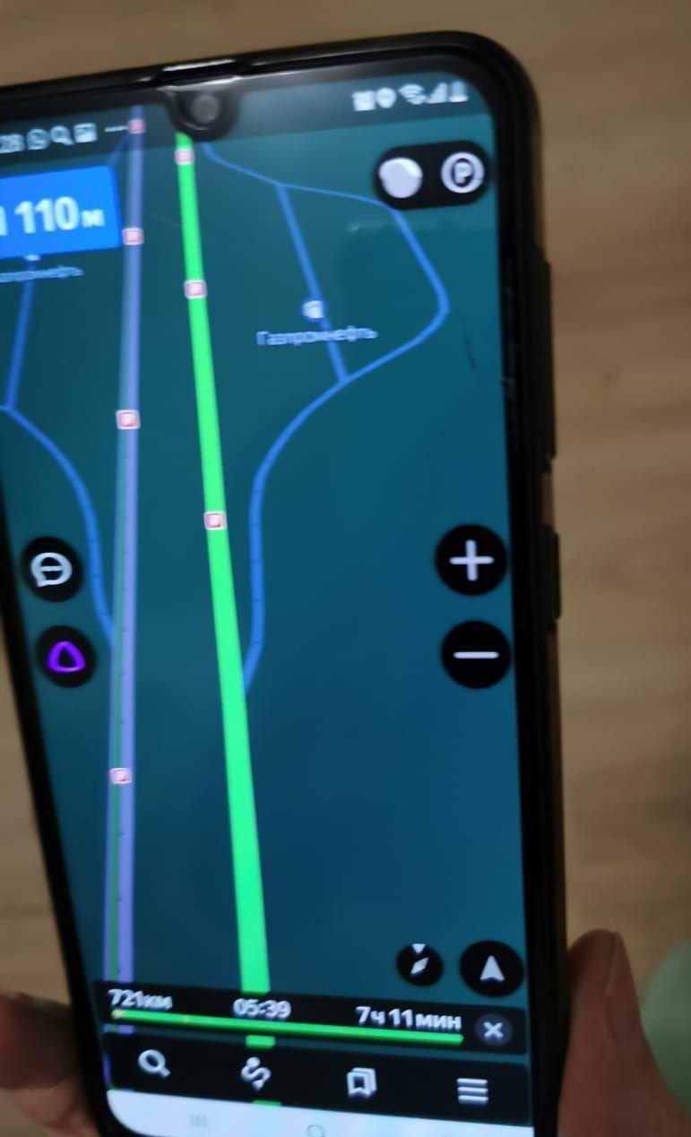 «Яндекс.Навигатор», как и знак, показывает плавный съезд, и водители оказываются не готовы.