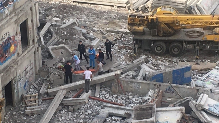 «Упал вместе с бетонной плитой»: на стройке в Ярославле мужчина сорвался с высоты
