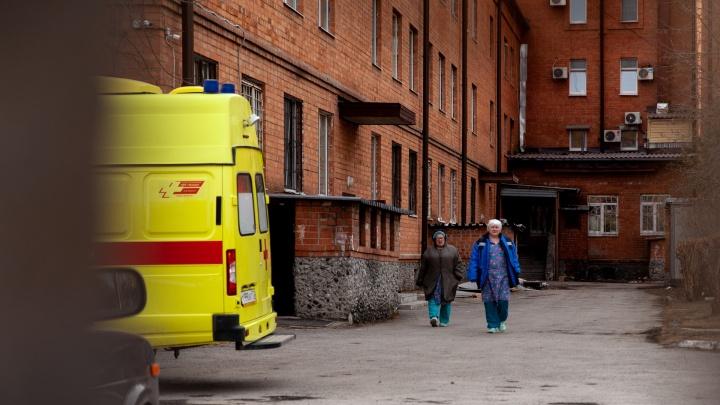 Выписали 63-летнего тюменца, которого из-за коронавируса подключали к ИВЛ