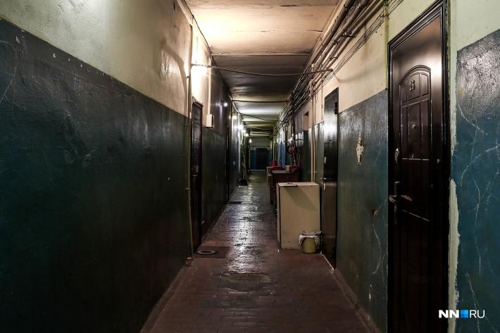 Выход из здания только через основной узкий коридор