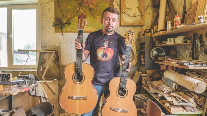 «Гриф первой гитары сделал из стула»: пермяк создает инструменты, на которых играют БГ и экс-губернатор