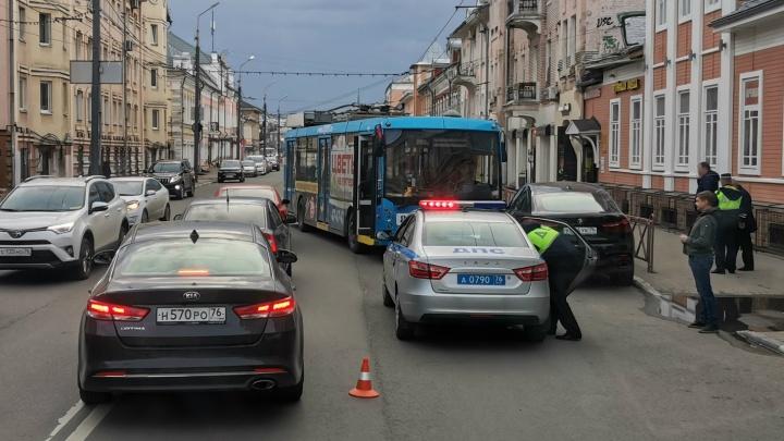 «Водитель потерял сознание»: в Ярославле троллейбус с пассажирами протаранил BMW