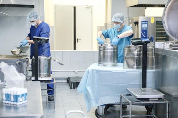 Сотрудники «Треста столовых», которые готовят еду для медиков в пищеблоке АОКБ