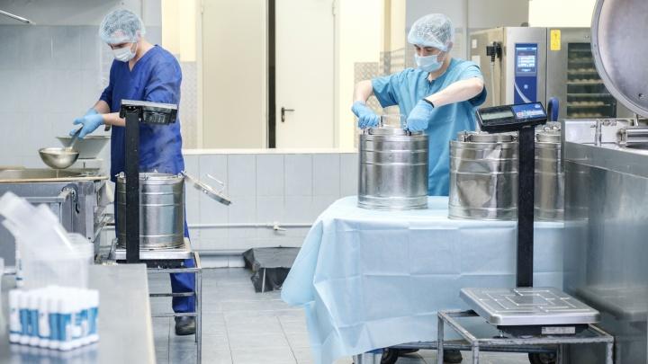 Помочь тем, кто спасает жизни: «Трест столовых» обеспечил бесплатной едой медиков областной больницы