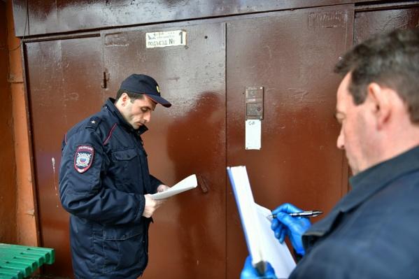 Полицейские проверяют, дома ли те, кто находится на обязательной изоляции