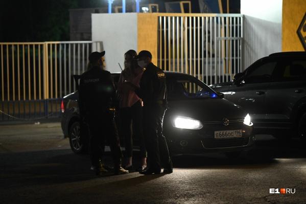 Полиция очень учтиво разговаривает с девушками