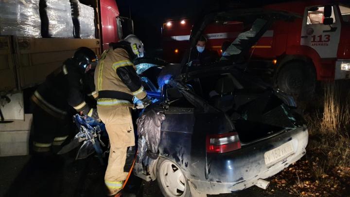 Фура снесла ВАЗ с трассы: момент смертельного ДТП под Екатеринбургом попал на видео