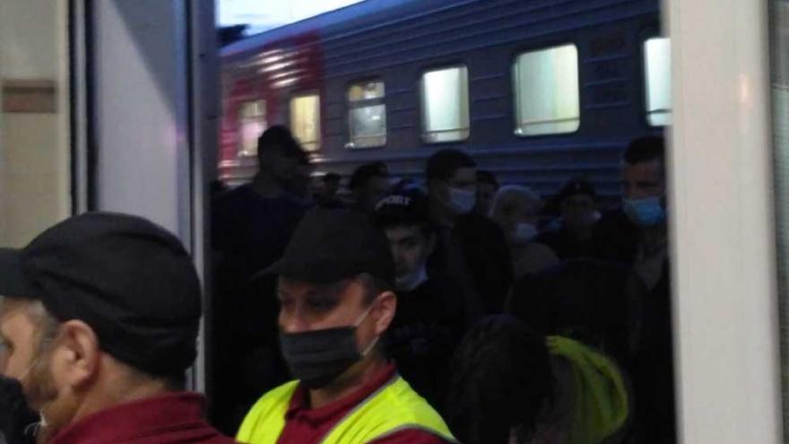 В Уфе на железнодорожном вокзале столпились несколько сотен прибывших из Санкт-Петербурга