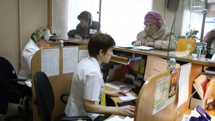 Омичей просят оплачивать коммуналку онлайн и научить этому пенсионеров